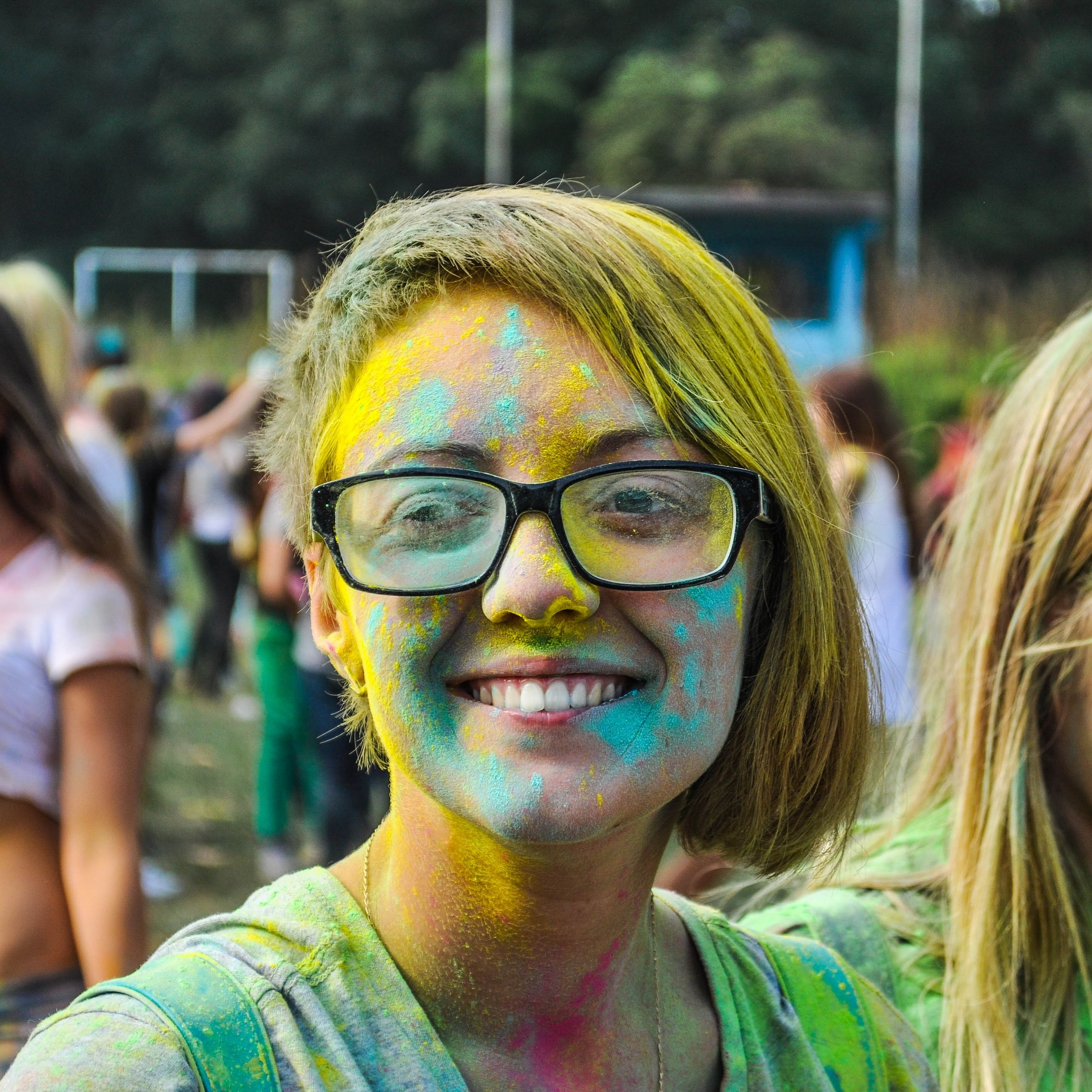 portrait, looking at camera, headshot, focus on foreground, front view, person, close-up, lifestyles, head and shoulders, young adult, smiling, leisure activity, sunglasses, happiness, human face, day, outdoors, incidental people