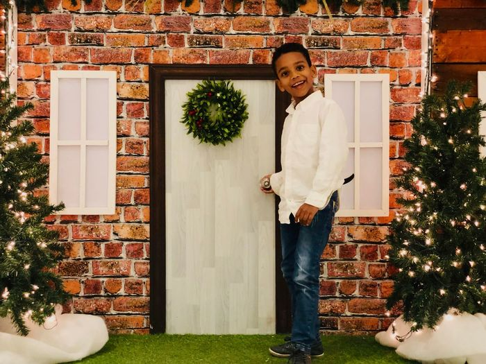Pequeña navidad christmas tree Christmas Decoration Real People One Person Plant Leisure Activity Lifestyles Casual Clothing Looking At Camera Young Men Christmas Portrait Standing Front View