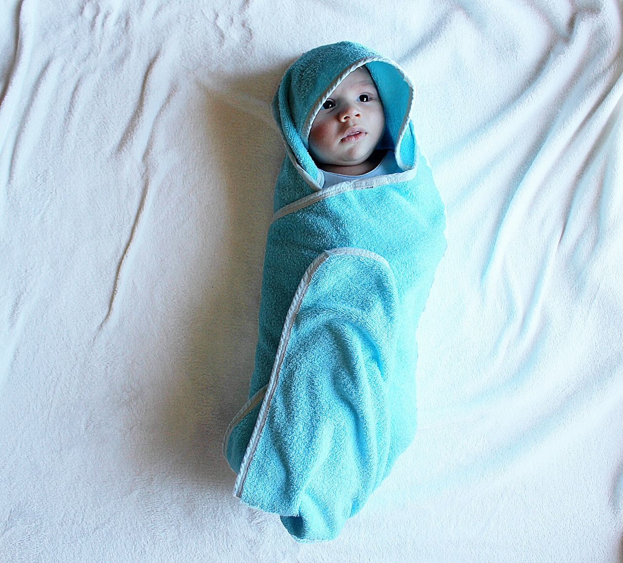 baby, high angle view, blanket, babies only, one person, childhood, indoors, cute, bed, portrait, full length, blue, real people, people, day, close-up