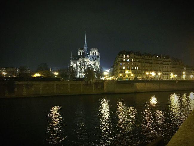 Sur les quais de Seine pour un petit chocolat chaud Notre-Dame Paris Quai De Seine Seine Citylights Citylife River France Ile Saint Louis
