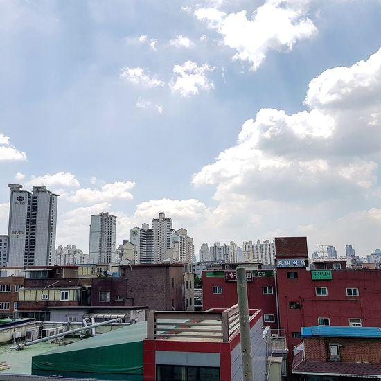 I checked what young people might like. A blog suggested Common Ground a shopping experience in 200 Shipping Containers stacked and welded together with a total of 5300 square metres Beautiful Day Cloudscape Tripwithson2017 Tripwithsonmay2017 Seoul Architecture Architecture Seoul South Korea