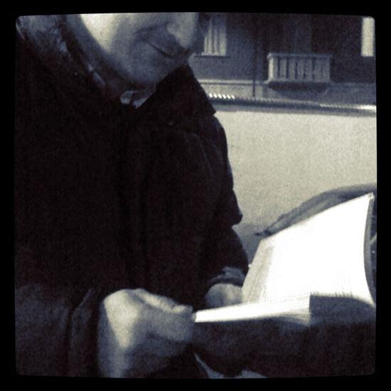 Rainer e una lettura improvvisata. Ironía Igerstorino Blasfemia