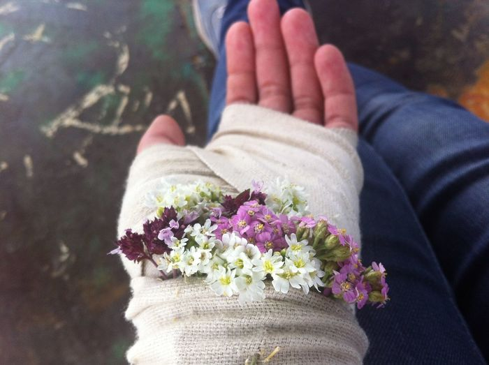 Without Filters Hurt Myself. Hand And Flower Hand Flowers Summer ☀ Beautiful Smile LOL Hurting
