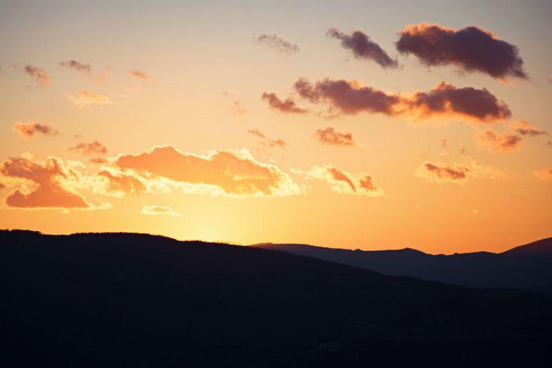 Golden sky // Priime Priimephoto Sunset Sunset_madness Sunsetphotographs Nikonphotography Nikon D5200 Nikon Mountains Clouds And Sky