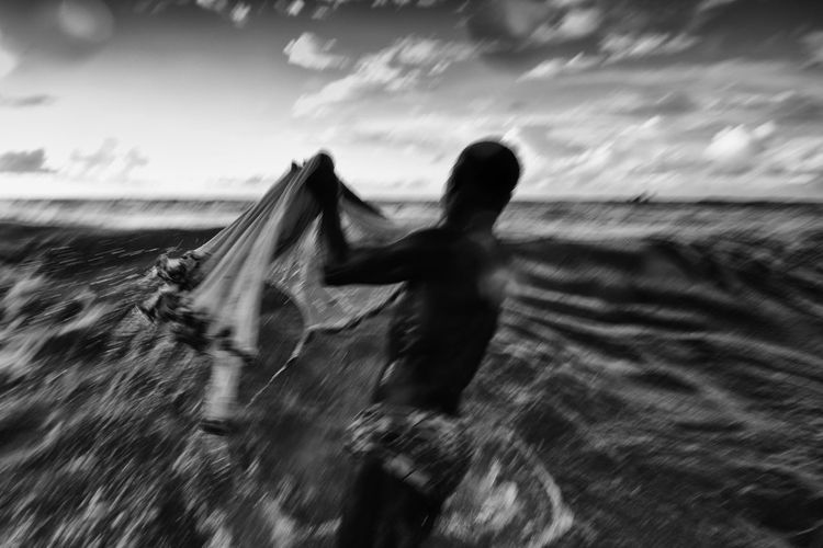 Pescadores de pititinga em Salvador, Bahia. Pescaria Day Fish Fisherman Fishing Motion Nature One Person Outdoors Peixe People Pesca Pescaria De Pititinga Pititinga Real People Rede Rede De Pesca Sky Speed Water
