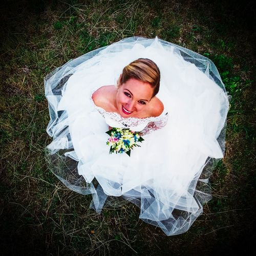 Wending, marked, just, photo on grass Bride Wedding Wedding Dress High Angle View Real People One Person Happiness Grass Celebration Smiling Outdoors Life Events Young Adult Day Lifestyles Young Women Directly Above Portrait Bouquet Veil