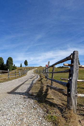 Dolomiten Ferne Grass Himmel Horizont  Italien Koppel Landschaft Natur Perspektive Reise Ruhig Schatten Villanders Wandern Weg Wolken Zaun