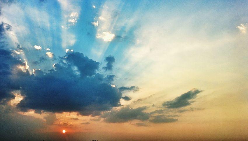 Sunset Sunrays Through The Clouds Sunrays Clouds Sky Clouds And Sky Sunset Sky And Clouds Sunset Skies Beautiful Nature Sunlight Sun Nexus 5