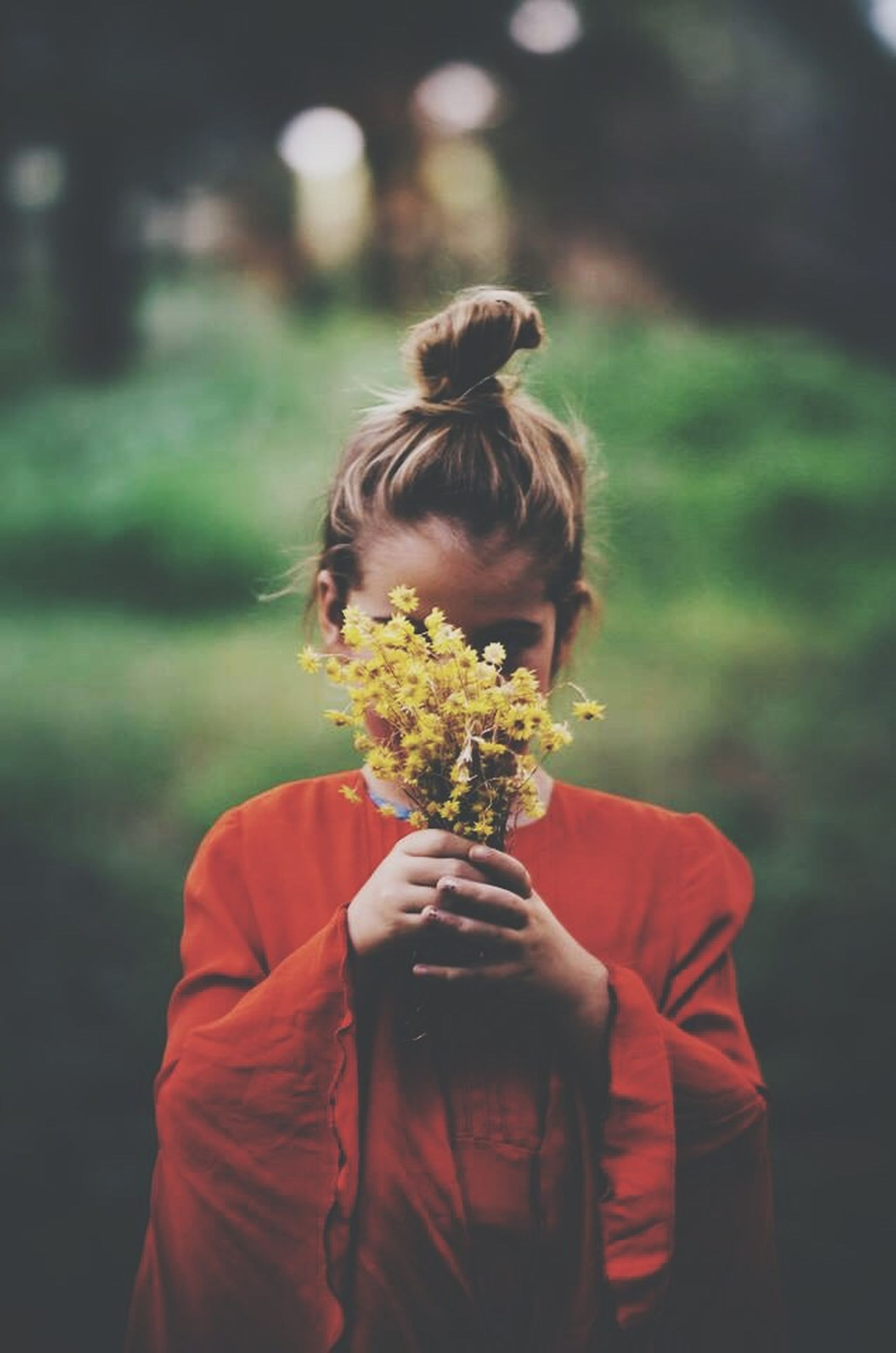 rear view, focus on foreground, lifestyles, flower, leisure activity, casual clothing, waist up, girls, person, holding, long hair, standing, childhood, elementary age, blond hair, fragility, three quarter length, headshot