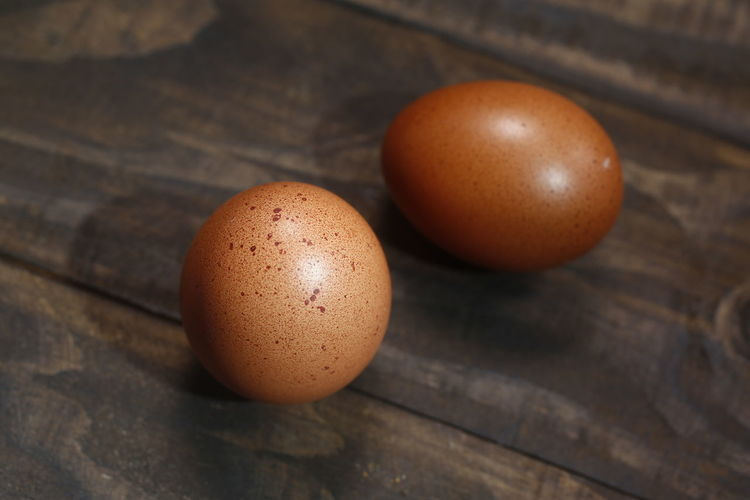 ovos caipira Food Food And Drink Egg Healthy Eating Freshness Table Wellbeing Still Life Brown Wood - Material Close-up Indoors  Raw Food No People High Angle View OVO Focus On Foreground Fragility Vulnerability  Animal Egg Fruit Ovos Caipira
