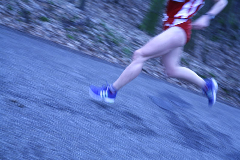 Beine eines laufenden Marathonläufers Beine Ein Füsse Lauf Laufen Leichtathletik Laufer Läuft Marathon Marathonlauf Marathonläufer Marathonrunner Outdoor Sportler