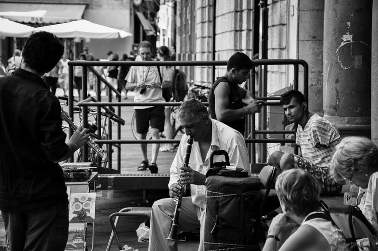 Casual Clothing Day Friendship Leisure Activity Lifestyles Medium Group Of People Men Music People Together Sitting Straßenmusiker Street Photography Streetphotography Talking Teamwork Music Brings Us Together
