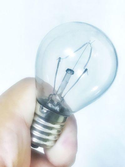 燈泡 Human Hand White Background Human Finger Human Body Part Studio Shot One Person Light Bulb