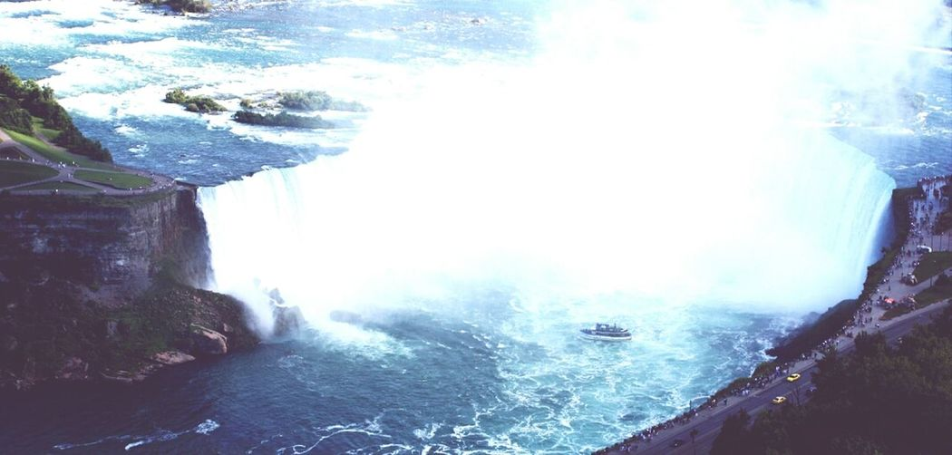 niagara falls are one of the most amazing things i ever saw in my life. miss this
