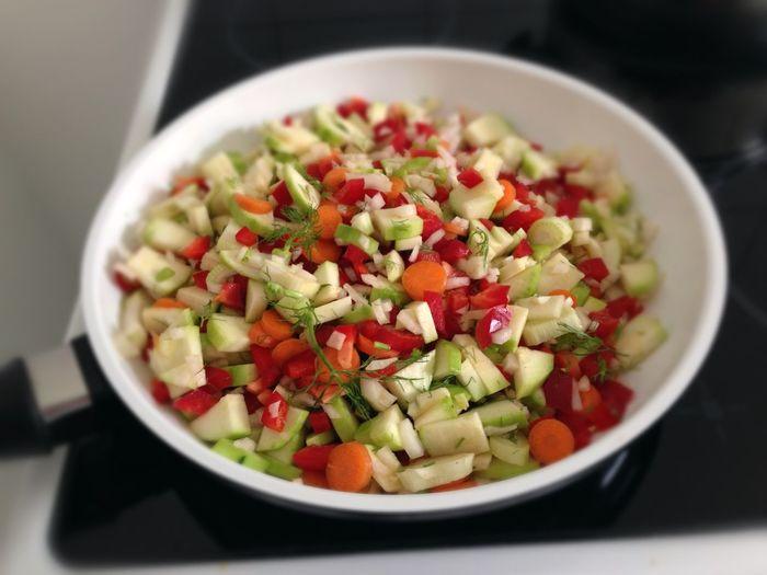 cooking colorful vegetables in pan Colorful Food Colorful Vegetables Cooking Cooking At Home Gemüsepfanne Healthy Eating Stir-fried Vegan Food Vegan Foodporn Vegetables Vegetarian Food