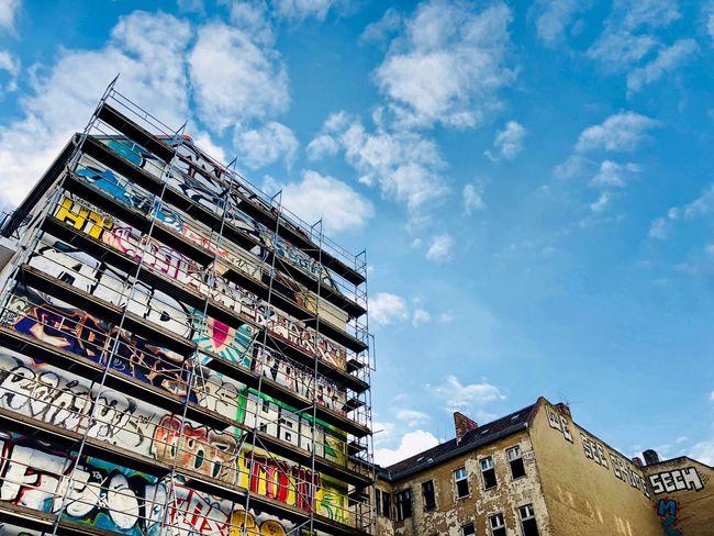 Urbanphotography Urban Lifestyle Berliner Ansichten Berlin Photography Berlin Love Berlin Graffiti Fugacity Façade Facades Buildings Colorful Colors Multi Colored Scaffolding