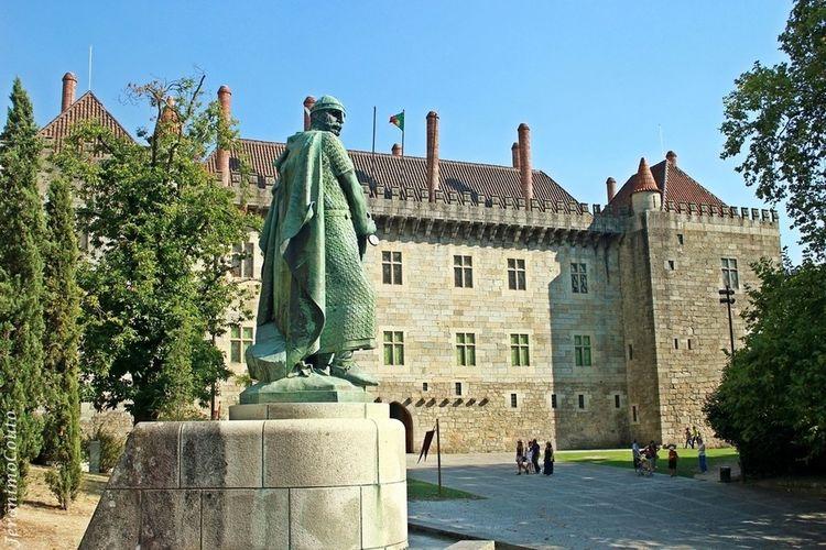 Colina Sagrada...Estatua do 1. Rei de Portugal....junto dos Paços dos Duques de Bragança.
