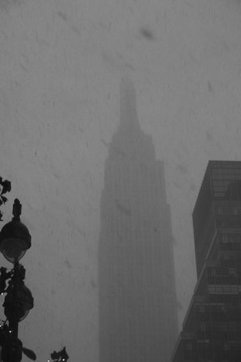 Empire State Building Empirestatebuilding NYC New York New York City Manhattan Icon Iconic Fresh On Eyeem  Foggy Architecture Photography Snow Snow ❄ Snow In NYC Snow In The City Ice Age