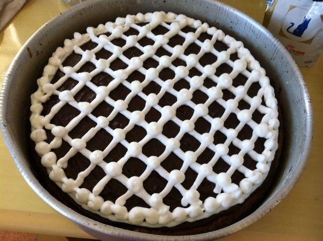 Bolo de baunilha com cobertura de brigadeiro e chantily finalizado… Cake Vanila