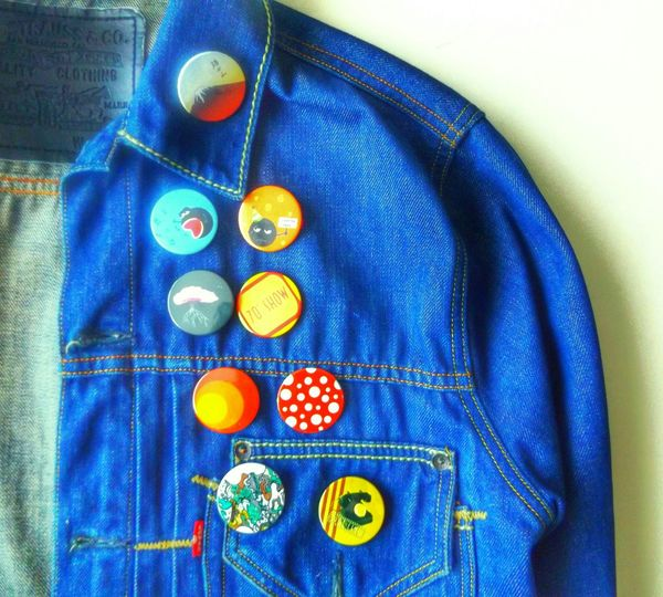 Collectable pins circa '08. Howcoolisthat Collection Denim Jacket Denim Jacket Pins Boutons Fashion Vintage Fashion Having Fun Blue Color Blue Collection Check This Out Fuji San Fuji Bel Canto Sakura Seventies Show CestLaFete HAL Mushroom Sila Hotline