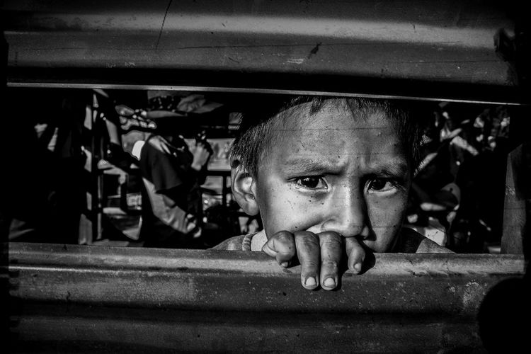 No basta amar a los niños, es preciso que ellos se den cuenta que son amados. #blancoynegro  #Niños #photostreet #streetphotography Portrait