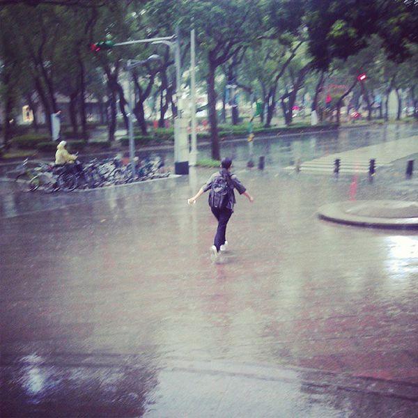為雨噴跑吧!台北 :)