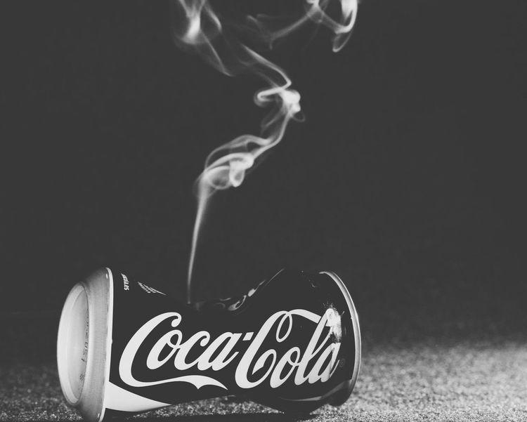 Ni dar la lata se puede ya Cocacola Lata Bote Humo Smoke Monochrome