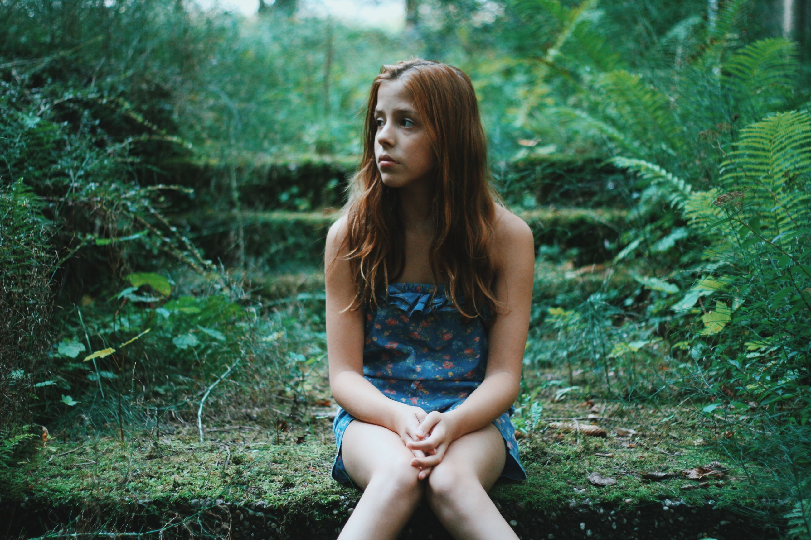 young adult, young women, person, portrait, long hair, lifestyles, looking at camera, leisure activity, tree, three quarter length, standing, front view, beauty, focus on foreground, casual clothing, forest
