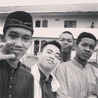 ready to serve people at Jamuanraya Ikmlumut from left to right: me, ismail, aufi, hafi-joe..