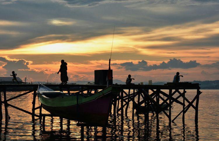 EyeEm Best Shots EyeEm Gallery Sunset_collection Sunset Silhouette Tadaa Community Sea And Sky People Photography People Snapshots Of Life Kendari Bay
