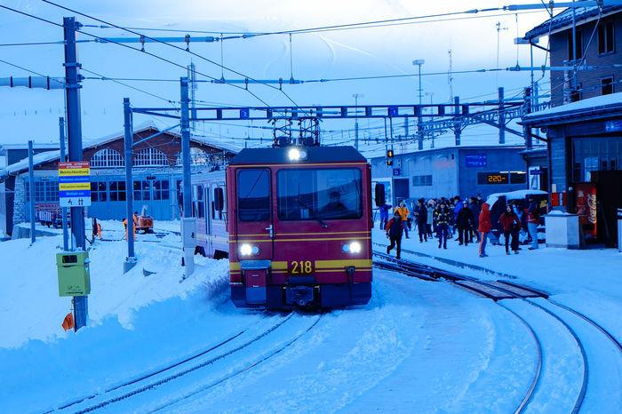 Jungfraujoch, Top of Europe Mit der Zahnradbahn Jungfraubahn gelangt man von Kleine Scheidegg 2061m zum hoechsten Bahnhof Europas auf 3454m, dem Top of Europe. Von dort hat man einen grandiosen Ausblick auf die Schweizer Alpen und die Jungfrau, 4158 Mete Alpen Bergbahn Eisenbahn Eisenbahnfahrt Eisenbahnromantik Holiday Jungfraubahn Jungfraujoch Jungfrauregion Mountains Schnee Train Travel Travel Photography Winter Winterurlaub  Zahnradbahn