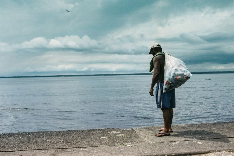 manaus horizon riosolimoes rionegro rionegroesolimoes garbage streetphotography streetphotographer recycle brazil brasil man carrying garbage rio negro Manaus amazonia EyeEm Selects water sea one person real people sky men cloud - sky one man only Adult horizon over water Standing first eyeem photo Standing Horizon Over Water Adult One Man Only Cloud - Sky Men Sky Real People One Person Sea Water EyeEm Selects Amazonia Manaus Rio Negro Man Carrying Garbage EyeEmNewHere