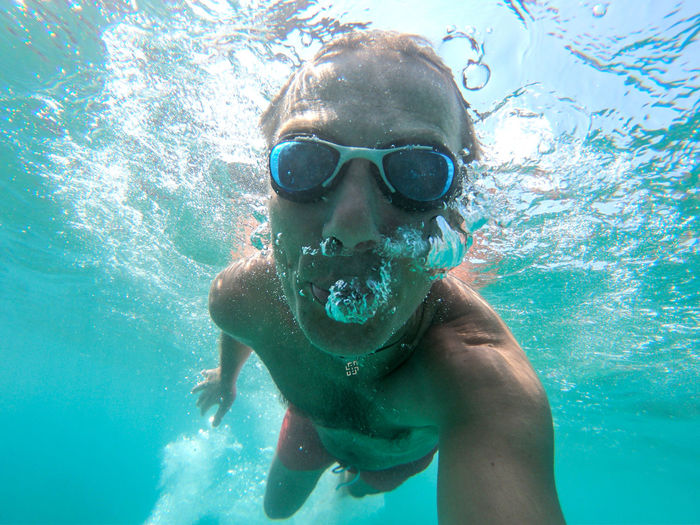 Man swimming underwater in the sea Swimming Leisure Activity Water Man Males  Sea Eyewear UnderSea Swimming Underwater Ocean Sea Water Blue Transparent Air Bubbles Snorkeling Fun Healthy Lifestyle Summer Vacation Tropical Tropical Paradise Thailand Maldives Phi Phi Island Underwater Selfie