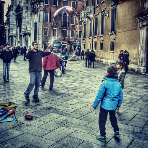 Photos That Will Restore Your Faith In Humanity Venice, Italy Streetphotography Taking Photos Street Venezia Italy Baloons Children Enjoying Life People Together