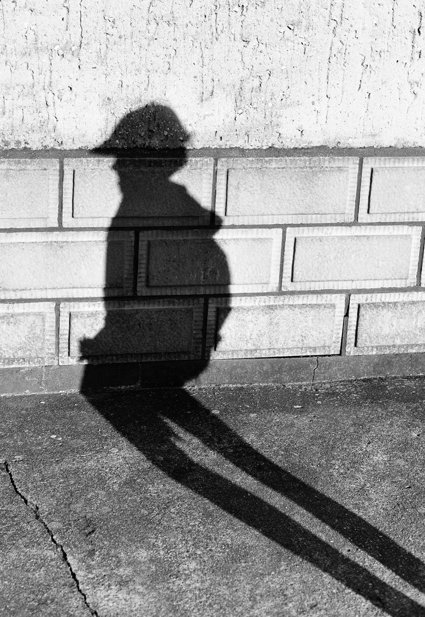 shadow, building exterior, built structure, architecture, street, silhouette, sunlight, focus on shadow, walking, men, sidewalk, unrecognizable person, lifestyles, side view, city, day, outdoors, leisure activity