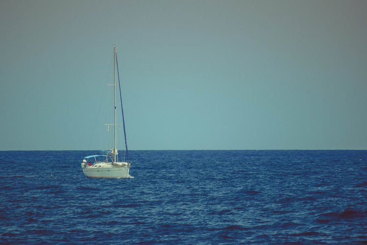 Sea Water Nautical Vessel Horizon Over Water Horizon Sailboat Sailing Sky Transportation Mode Of Transportation Scenics - Nature Waterfront Beauty In Nature Mast Clear Sky Pole Nature Copy Space Day Luxury Outdoors Yacht Yachting