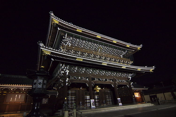 暗闇に浮かぶ東本願寺 京都 東本願寺 ライトアップ Light And Shadow Lightup Illuminated Built Structure Building Exterior Gate
