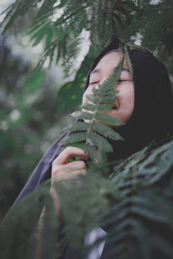 Forest Tree Young Women Human Hand Winter Forest Headshot Cold Temperature Women Autumn Close-up Hood - Clothing Foggy Monsoon Torrential Rain Drop Mourning Leaf Vein Hurricane - Storm Water Drop Wet Raincoat Hooded Shirt High-speed Photography Umbrella Rainfall RainDrop Blade Of Grass
