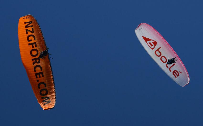 Gleitschirm Paragliding Christchurch New Zealand Gleitschirme, Auch Paragleiter Oder Gleitsegel Sind Luftsportgeräte Zum Gleitsegeln Oder Gleitschirmfliegen, Beziehungsweise Paragleiten Paragliding Fun NZ NZ South Island Holiday Holiday - Event Urlaub & Reisen Urlaubsstimmung Urlaubserinnerungen Sky Low Angle View Blue Clear Sky