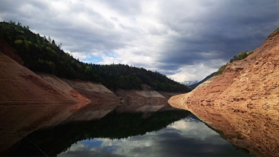 Is like to be on a mirror Lake Lake View Water Water Reflections Reflection Reflexions Freshness Nature Colour Redrocks Rock Flyfishing  Fishing Mobilephotography Landscape Relaxing Mountains Forest Nature Photography Cloud 🎣