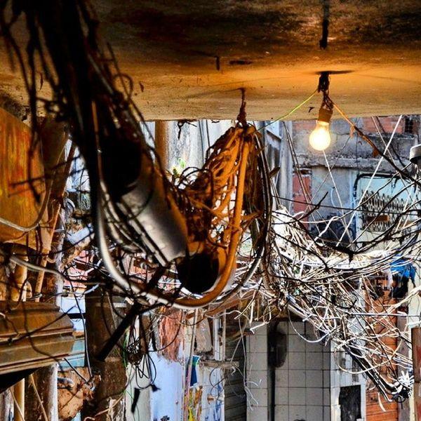 Instalación eléctrica Favela Rocinha Riodejaneiro Brasil wires dotspin igers mess slum