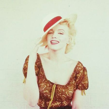 Marilyn Monroe Woman Oldiesbutgoldies Famous Fame Beauty Red Hat 50s Picoftheday