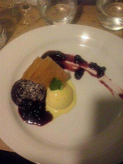 Cremoso de chocolate com com colin de frutos vermelhos... Maravilhosa sobremesa e jantar. E com EXCELENTE companhia.