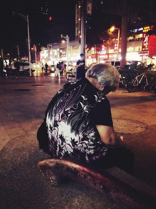 夜幕下的流浪老人。。。