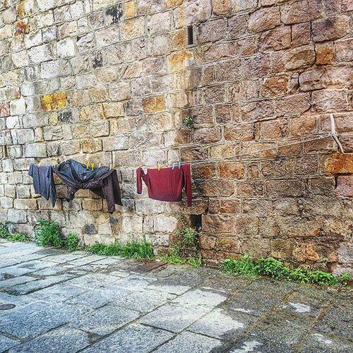 {I panni sporchi si lavano in casa...e poi si stendono in strada 😀} PanniStesi Street Clothes Instrada Wall Cagliari Instatravel Travelling Mytravelgram MadeInSud Lifemoment Urban
