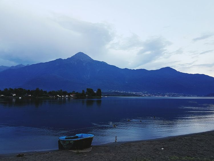 Lonely Boat Mountain View House Boats And Water Boat No People, Taking Photos Samsungphotography Beauty In Nature Check This Out Samsung Galaxy S7 No People First Eyeem Photo Oudoors Italy❤️ Italy Comer See Italy🇮🇹 Rainy Days Comersee First Eyem Photo Beachphotography Bildzeitung Mountains Nature