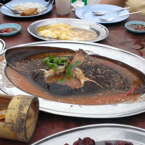 I'd like to thank my relatives for letting me eat 3/4 of this stingray ?✌ Malaysia Fatty Yummyinmytummy Finallyfoundwifi