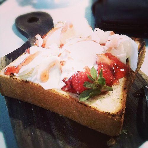 ?? Icecream Strawberry Bread Whitechoco