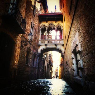 Neogothic footbridge at carrer del Bisbe / passerelle néo-gothique à la ruelle del bisbe. Barcelona. #splendiaHotels #ig_cityGuide splendiaHotels Barcelona España SPAIN Igersbarcelona Ig_cityguide Splendiahotels