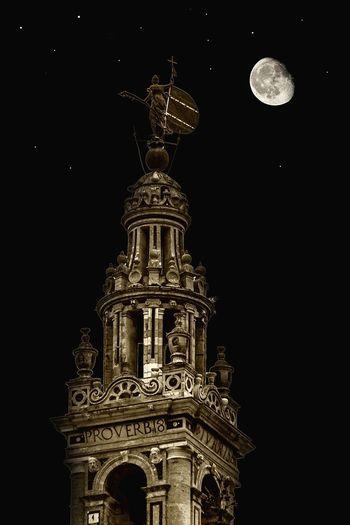 El Giraldillo y la Luna 10 Night Architecture Building Exterior Moon Sky Stars Travel Destinations Low Angle View History Tower City Nature Illuminated Ancient Civilization Giralda Giraldillo Vane EyeEmBestPics EyeEm Nature Lovers EyeEm Best Shots EyeEmNewHere EyeEm Gallery Exceptional Photographs Sevilla, Spain